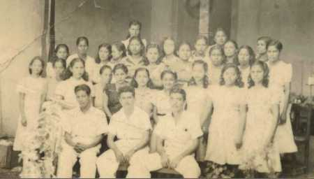 Lolito Morales rodeado del personal del taller de la Elegancia 1929